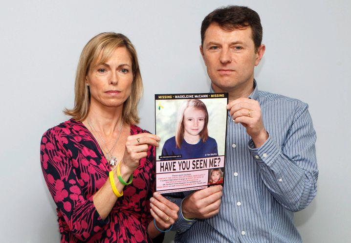 Kate und Gerry McCenn präsentieren 2012 ein computergenerierten Bild, das zeigen soll, wie ihre vermisste Tochter Maddie als älteres Mädchen aussehen könnte.