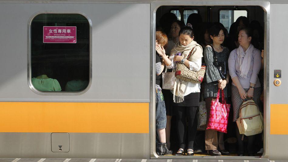 """""""Women only"""": Die Metro in Tokio bietet zu den Stoßzeiten einen Waggon nur für Frauen an"""