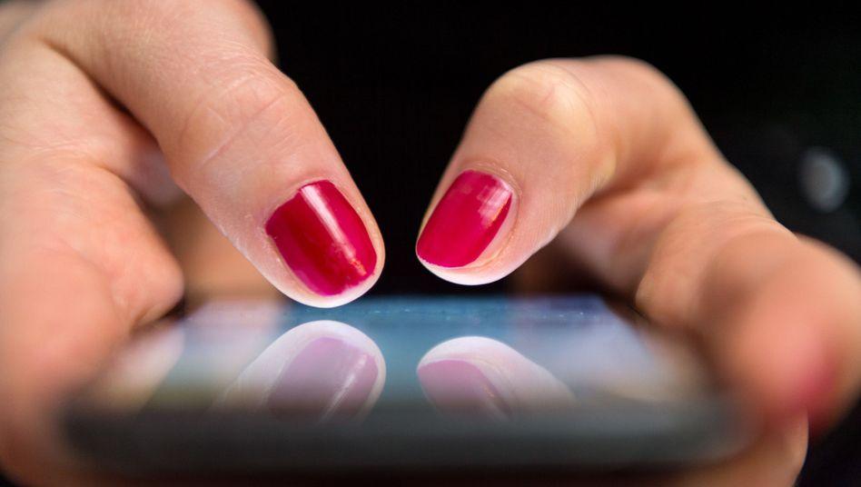 Frau mit Smartphone (Symbolbild)