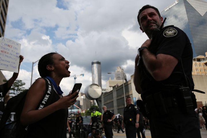 Protest im Namen von George Floyd in den USA: Eine Demonstrantin brüllt einen Polizisten an