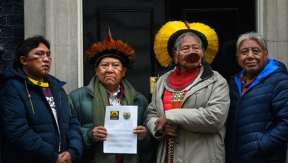 Yanomami-Aktivisten fordern, in ihrem Territorium besser geschützt zu werden vor weißen Eindringlingen, Goldgräbern etwa oder Holzfällern