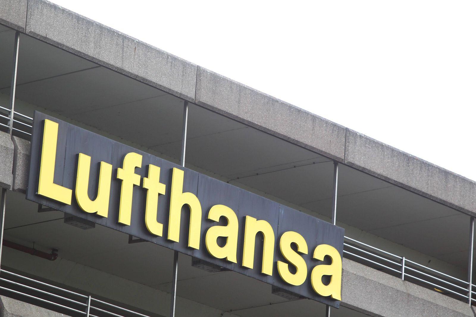Frankfurt Lufthansa in der Coronakrise Ein Schriftzug Lufthansa auf dem Parkhaus auf dem Fraport in Frankfurt Lufthansa