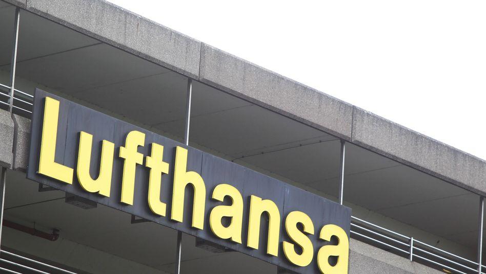 """Lufthansa-Schriftzug am Frankfurter Flughafen: """"Verschleiert und verschleppt"""""""