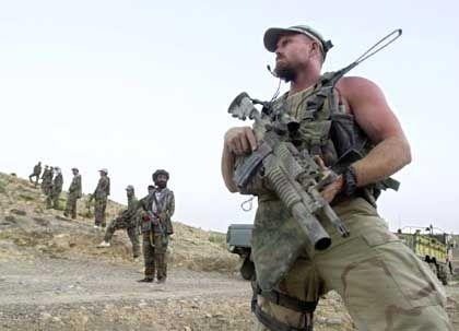 Afghanische und amerikanische Soldaten versuchen die Gegend um Khost zu sichern