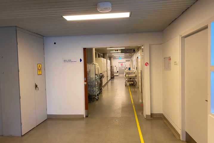 Flur zur Intensivstation des Bispebjerg-Krankenhauses: Der Arzt hat Männer in ihren Dreißigern entlassen, die vermutlich nie wieder Fahrrad fahren können