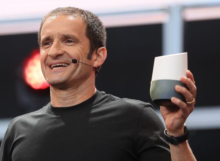 Google-Manager Mario Queiroz mit einem Prototyp von Google Home