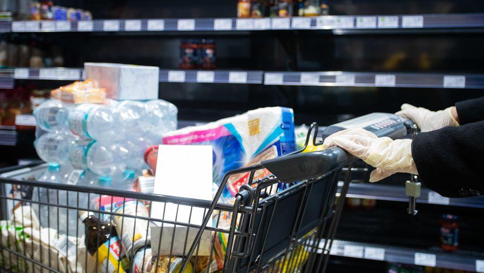 """Supermarktkunde (Symbolbild): """"Große Unsicherheit hinsichtlich der finanziellen Folgen"""""""