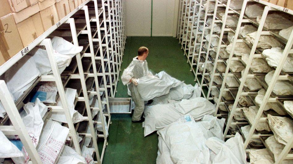 Die sterblichen Überreste der Opfer von Srebrenica wurden aus den Massengräbern exhumiert und zur Beweissicherung aufbewahrt