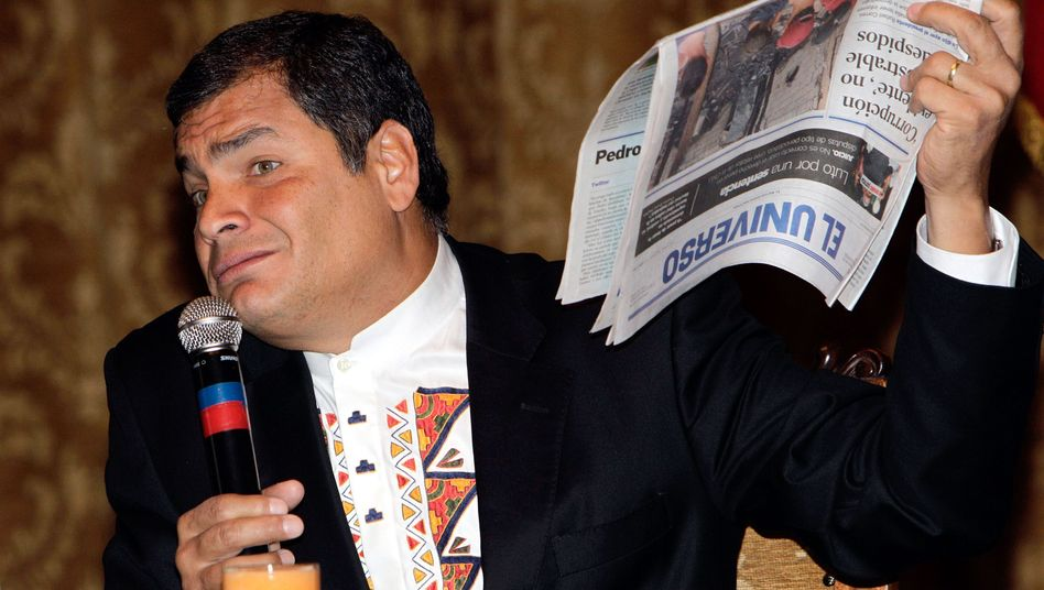 Ecuadors Präsident Rafael Correa mit gedruckter Zeitung im November 2011