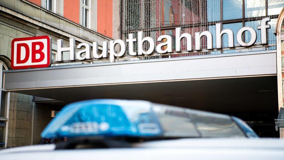 Ein Fahrzeug der Bundespolizei steht vor einem Eingang zum Münchner Hauptbahnhof