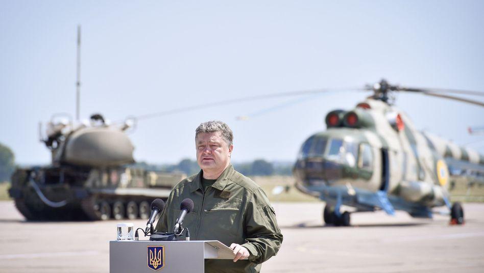 Oberbefehlshaber Poroschenko auf Militärbasis: Je weniger die Reformen vorangehen, desto öfter sieht man den Präsidenten im Tarnanzug