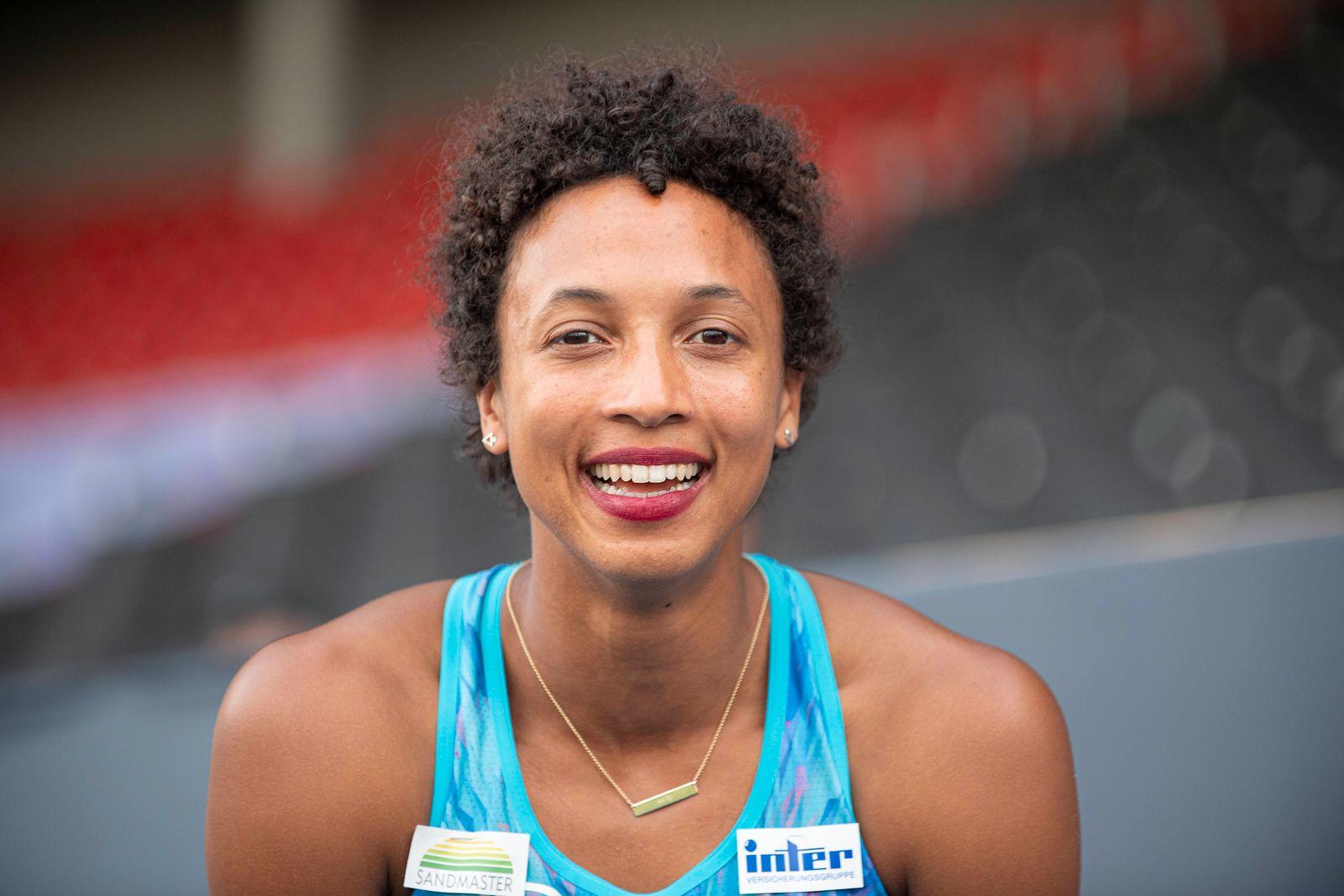 Siegerin Malaika MIHAMBO (LG Kurpfalz/ 1.Platz), lacht direkt in die Kamera. Weitpsprung der Frauen, am 09.08.2020 Deuts