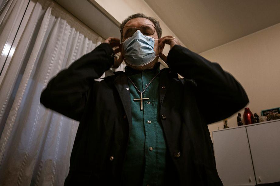 Pater Roberto Strabla ist blind. Er verbrachte sein Pfarrerleben in Kriegs- und Krisengebieten, über seine Infektion sagt er: »Ich war dem Tod oft ganz nah, aber dieses Mal war ich sicher zu sterben«