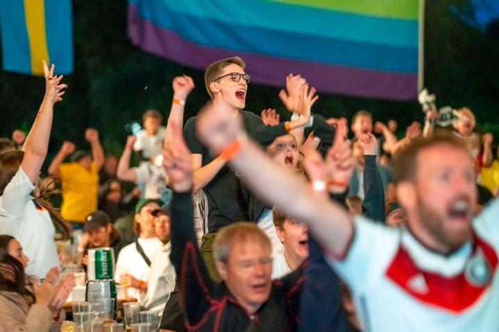 EM-Fans im Essener Grugapark beim Spiel gegen Ungarn – die knapp 900 Personen durften maximal zu acht an einem Tisch sitzen