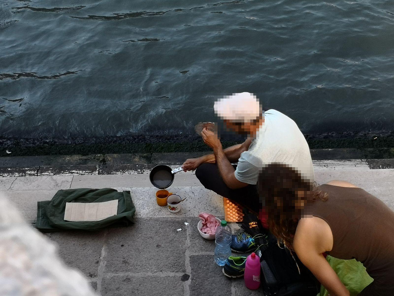 Deutsche Touristen kochen Kaffee in Venedig