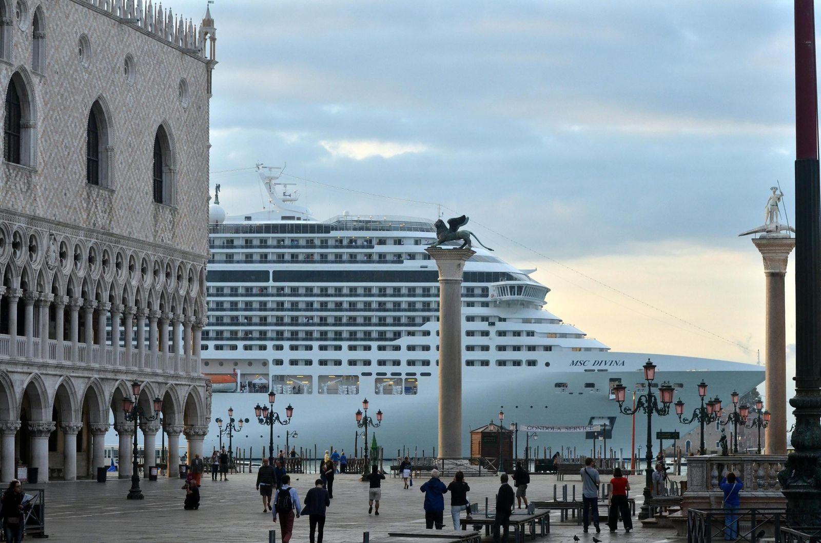 Kreuzfahrt Venedig / Large cruise ships in front San Marco Square
