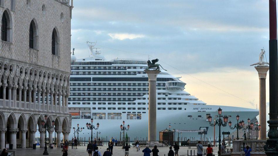 Das wollten die Venezianer nicht mehr sehen: Riesenschiff am Markusplatz