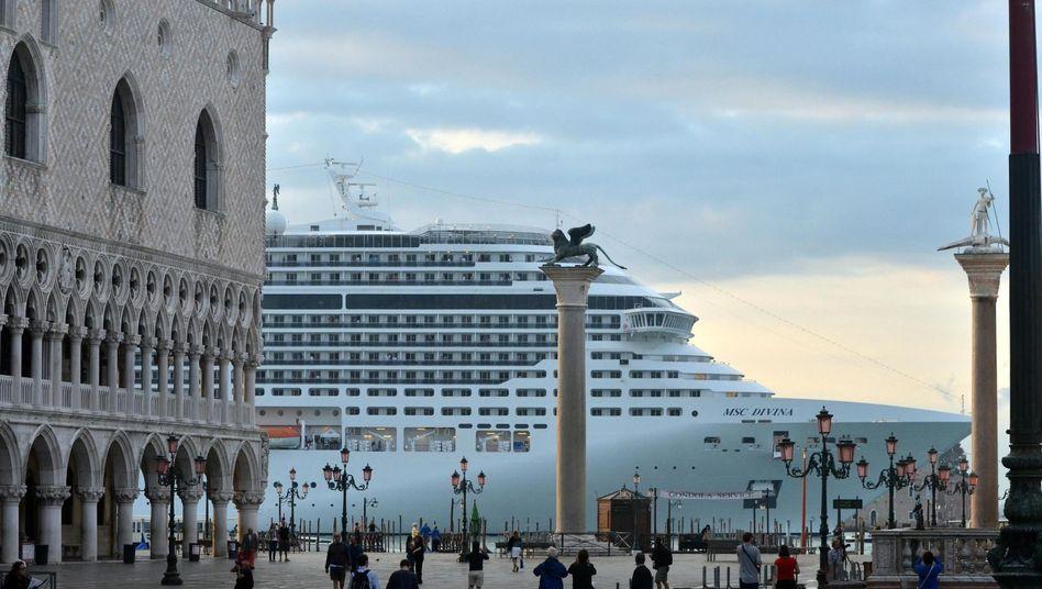 Kreuzfahrtschiff vor dem Markusplatz