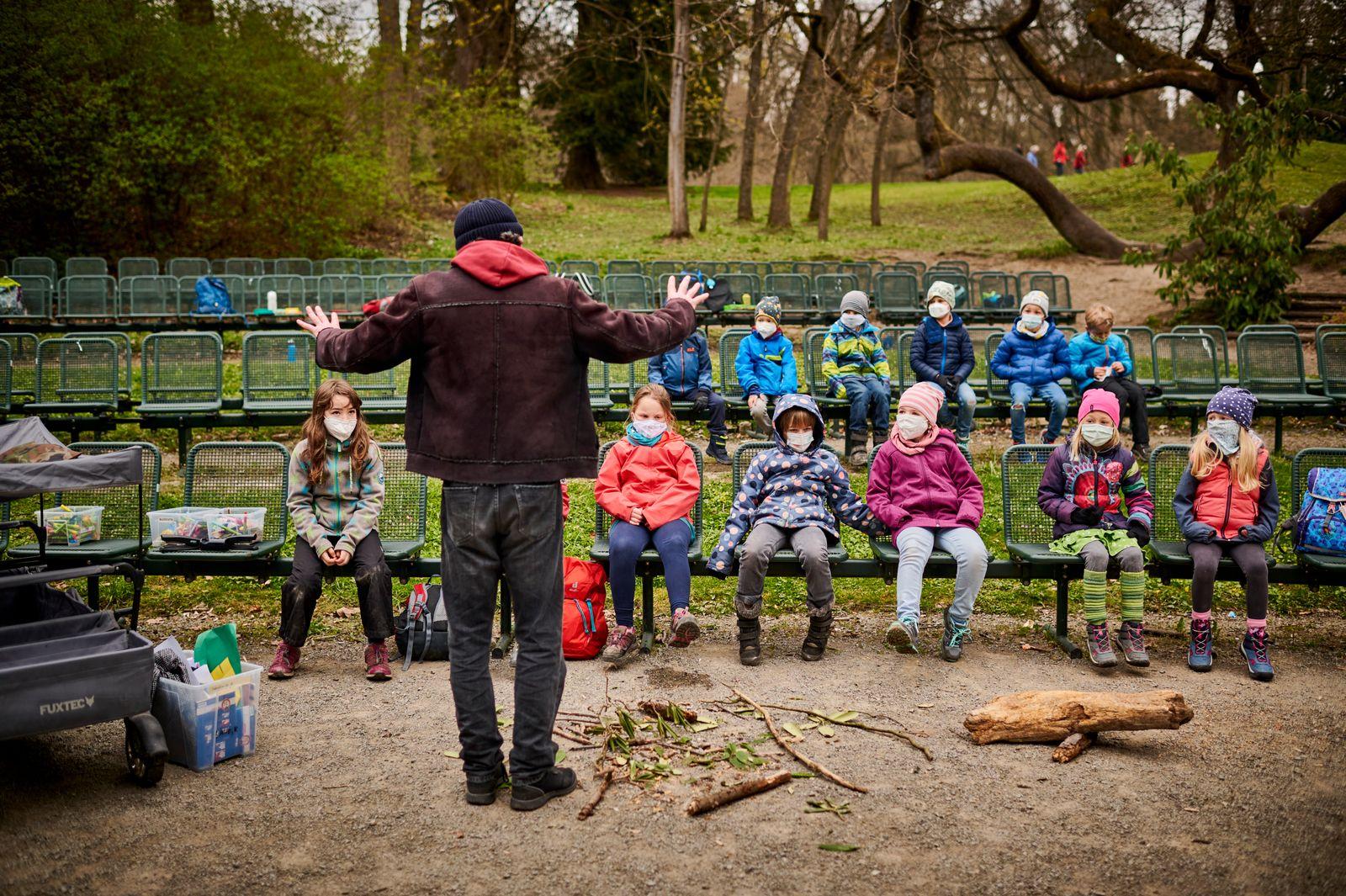 Draußenunterricht im Park des Schlosses Wilhelmhöhe