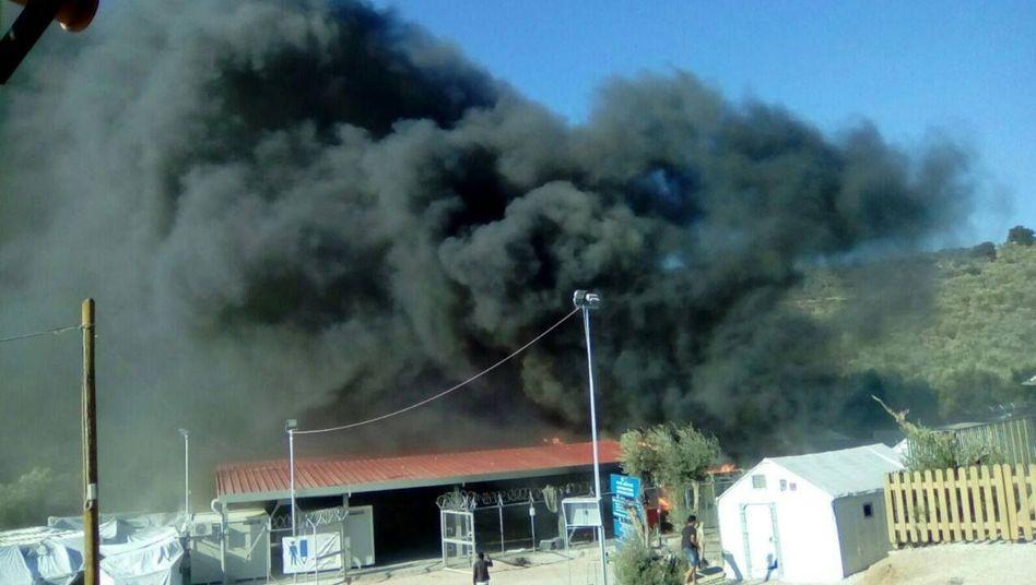 Brennende Bürocontainer der EU-Asylagentur auf Lesbos