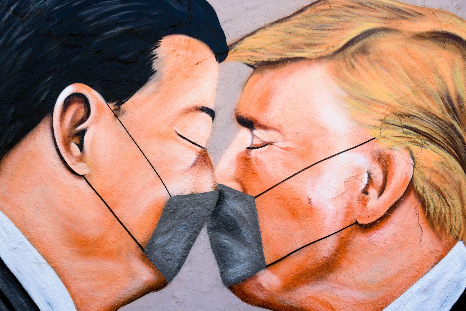 Corona-Pandemie: Grafiti Komentar zu den chinesisch-amerikanischen Beziehungen am Berliner Mauerpark