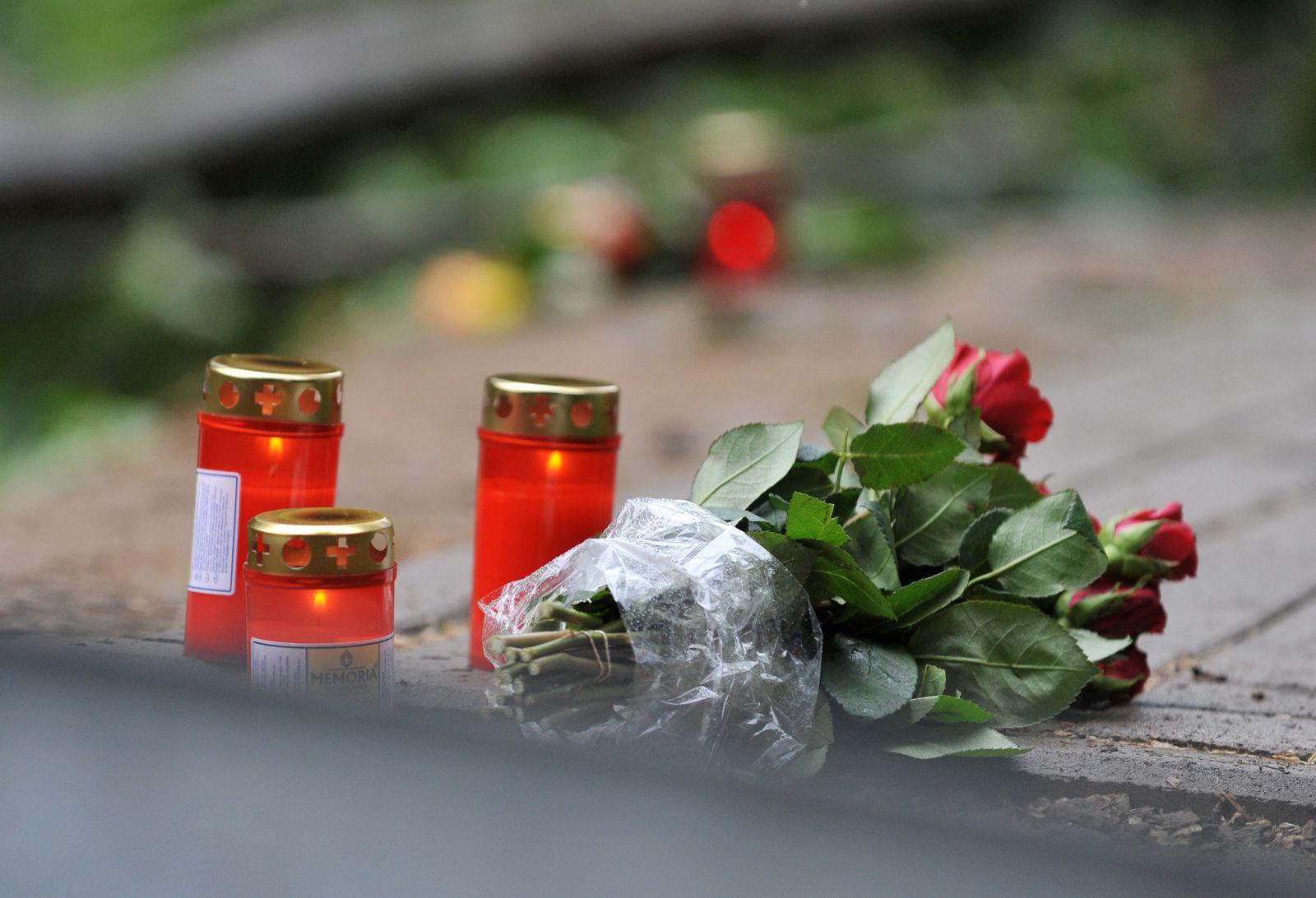 Gedenken / Blumen / Tote bei Busunfall