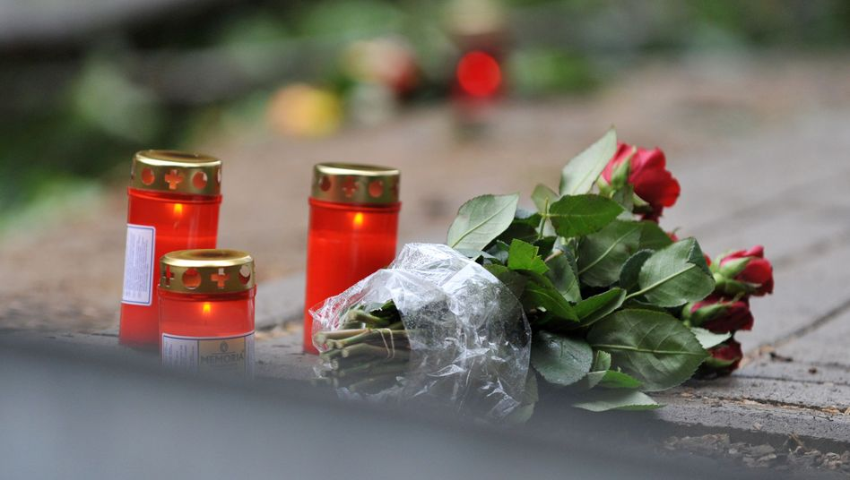Unfalltod: Kerzen und Blumen erinnern an die Opfer eines Busunfalls