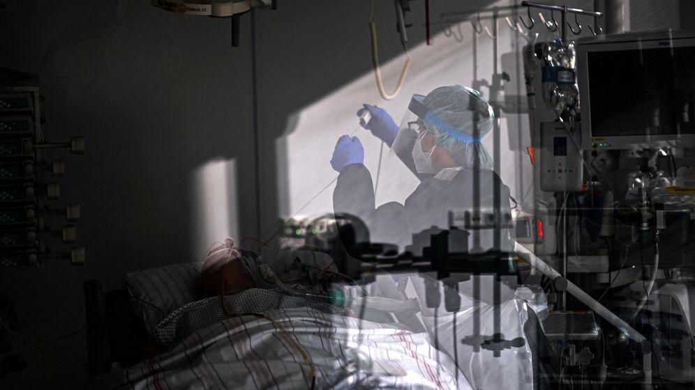 Behandlung eines Coronapatienten auf der Intensivstation (Symbolbild)