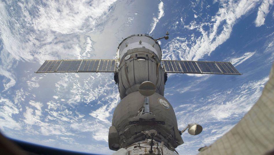"""""""Sojus""""-Kapsel an der ISS (im Juli 2009): Zur russischen Raumfahrtentwicklung beitragen"""