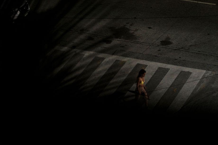Frau überquert eine Straße in der mexikanischen Urlaubsstadt Acapulco