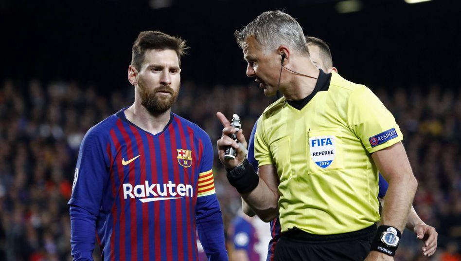Seit Jahren sind beide im Weltfußball vertreten: Björn Kuipers (rechts) mit Lionel Messi