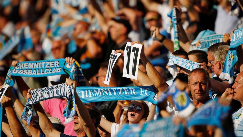 Fans des Chemnitzer FC feiern Frahn beim Pokalspiel gegen den HSV