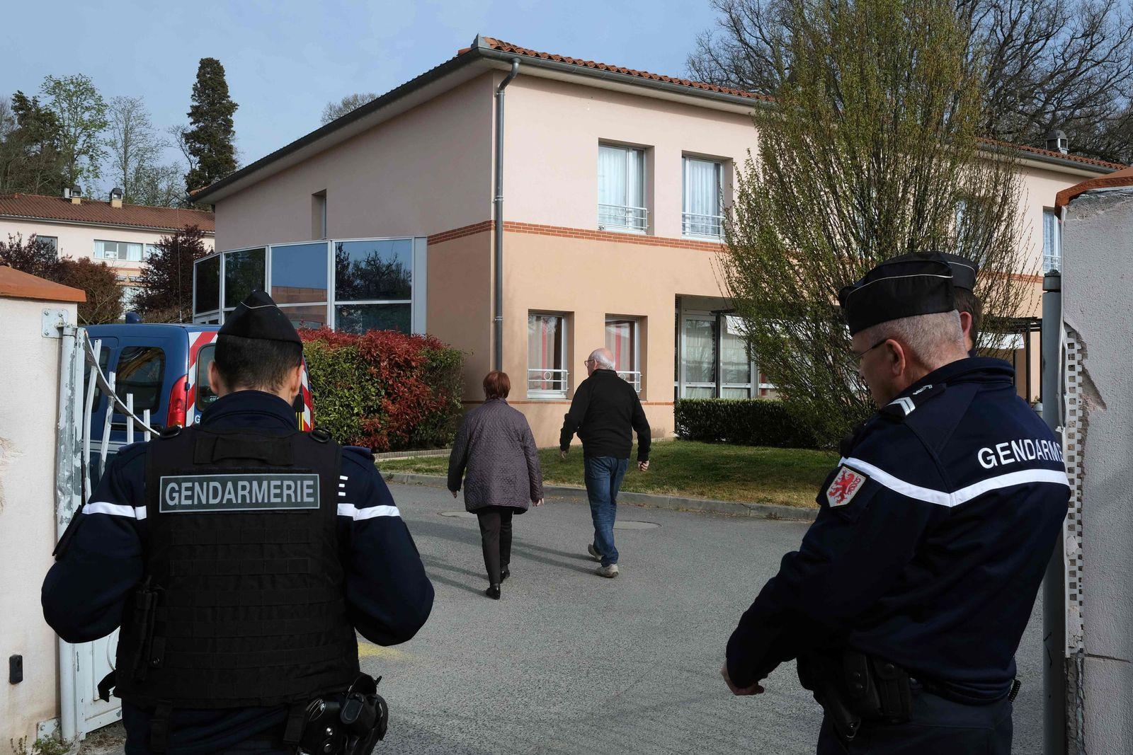Polizisten vor dem Altersheim in Frankreich