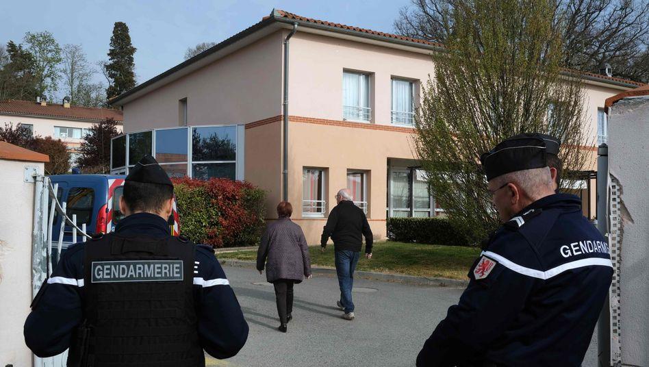 Polizisten stehen vor dem Altersheim in Lherm