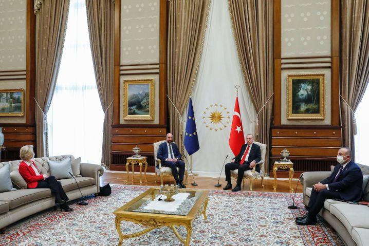 EU-Besuch beim türkischen Präsidenten: Ein protokollarisches Debakel