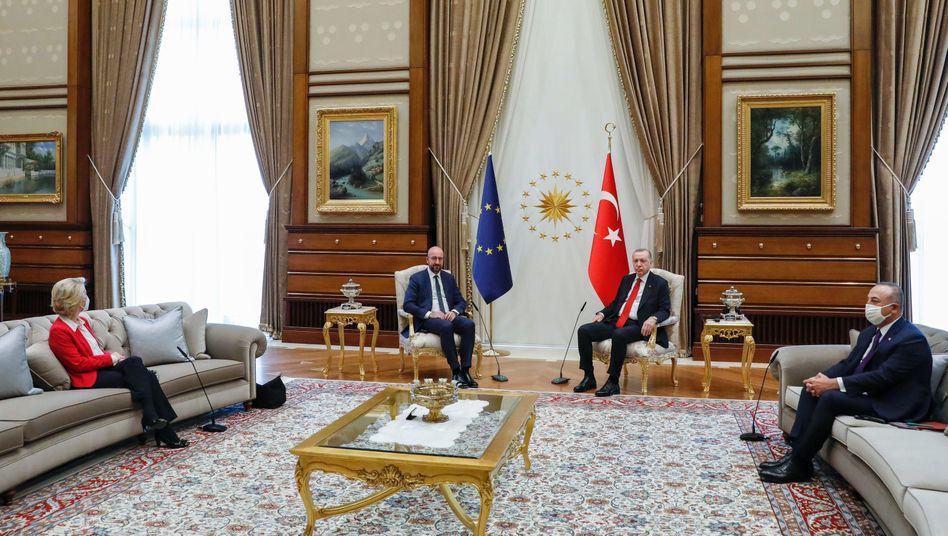 EU-Kommissionspräsidentin Ursula von der Leyen (l.) musste bei dem Treffen mit dem türkischen Präsidenten Recep Tayyip Erdoğan (2. v. r.) auf dem Sofa Platz nehmen