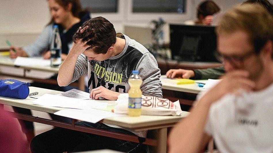 Abiturienten bei schriftlicher Prüfung: »Die Kritik ist kaum fachlich begründet«
