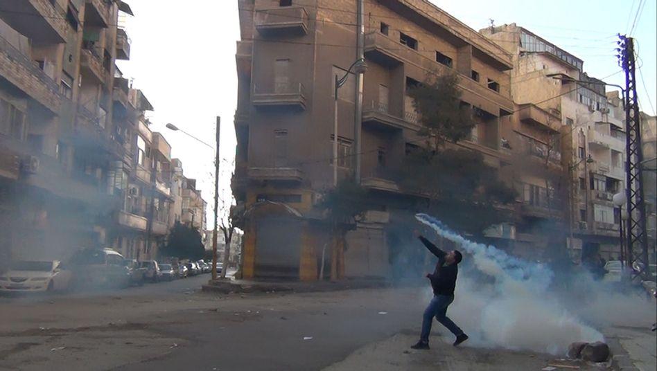 Syrischer Demonstrant in Homs (Bild vom 27. Dezember): Arabische Liga inspiziert die Stadt