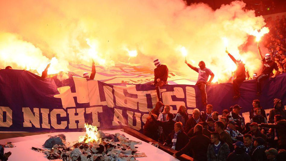 Schalke-Fans: Bengalo-Feuer im Stadion