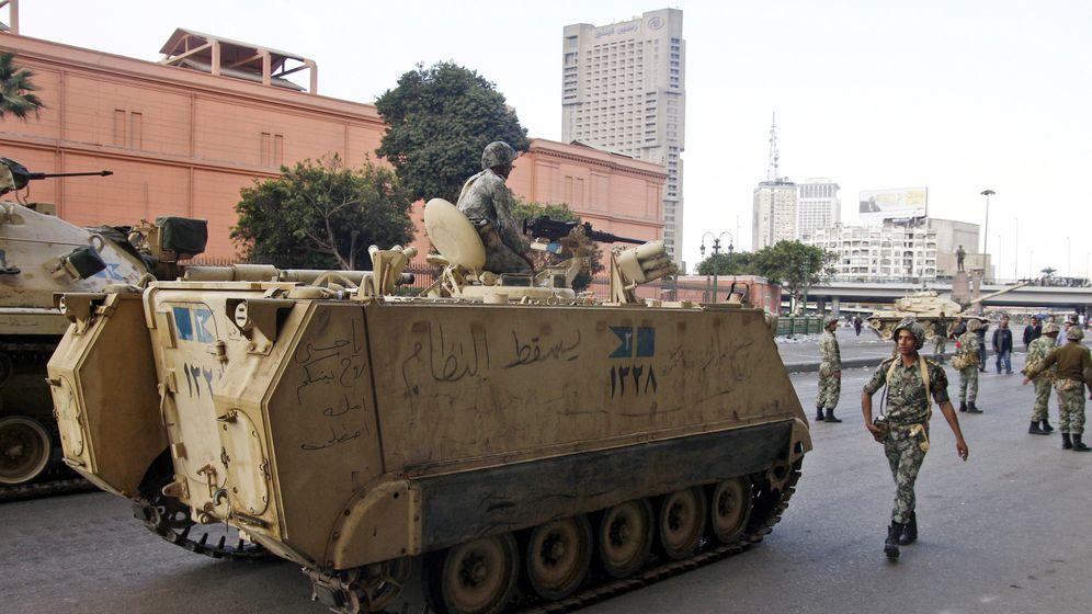 Unruhen in Ägypten: Panzer vor Pyramiden