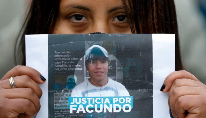 Eine Frau hält ein Bild des ermordeten Facundo