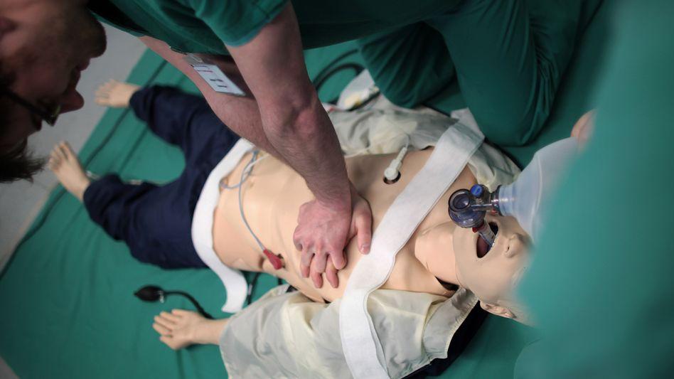 Übung an der Puppe: Leben retten mit einfachen Maßnahmen