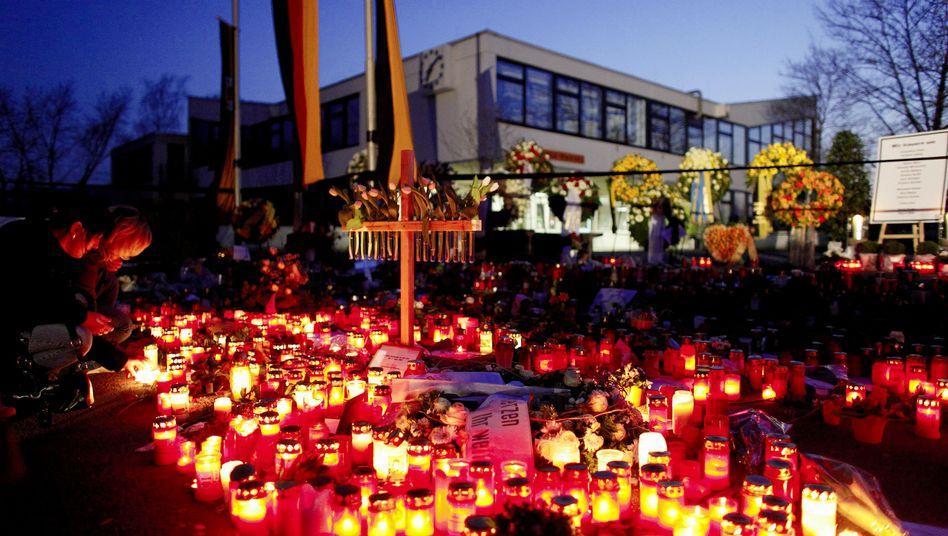 Kerzen und Kränze: Trauergottesdienst vor der Albertville Realschule