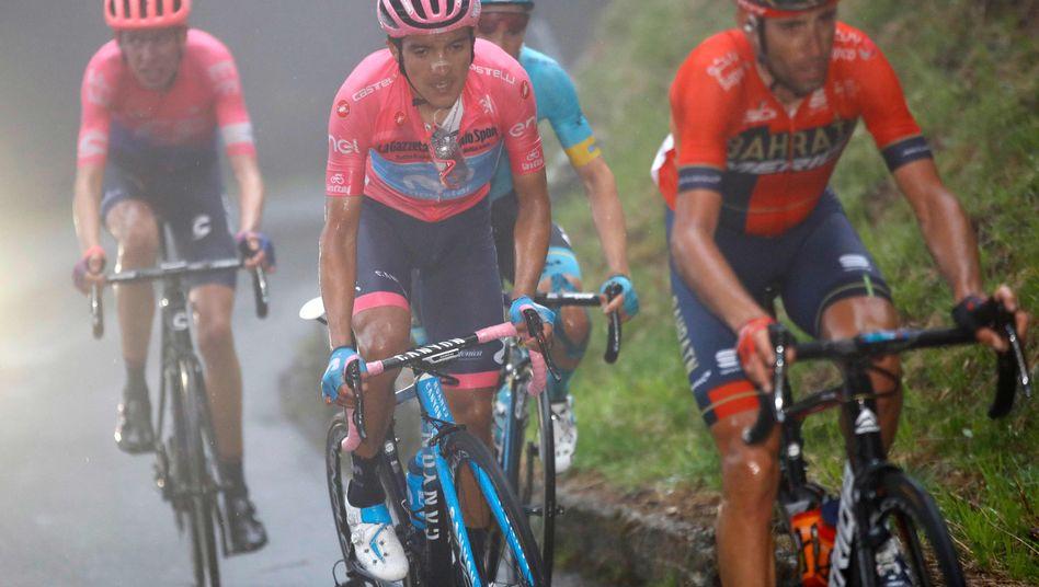 Giro-Spitzenreiter Richard Carapaz (Mitte) behält das Rosa Trikot