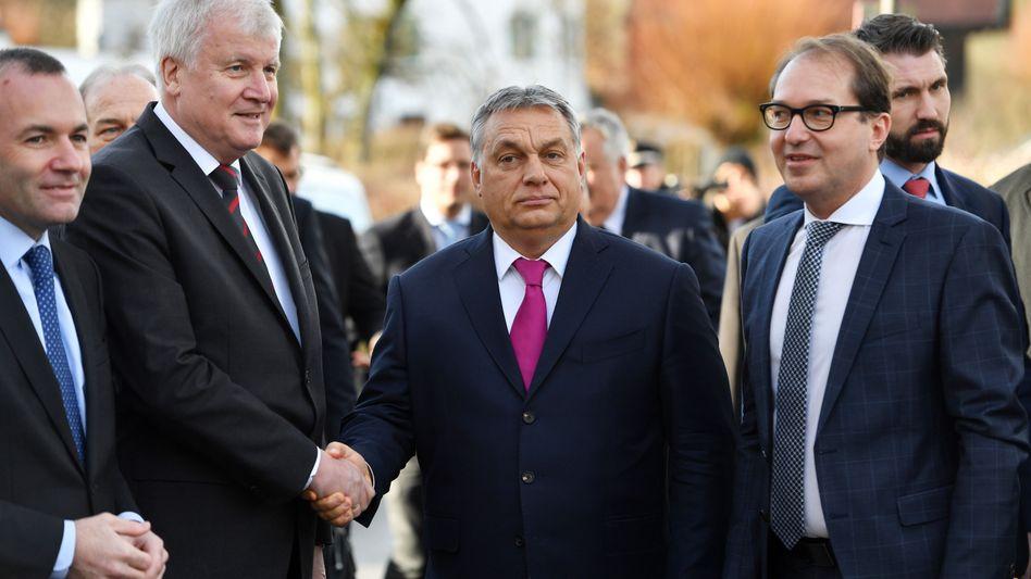 CSU-Chef Horst Seehofer, Viktor Orbán, CSU-Landesgruppenchef Alexander Dobrindt (v.l.n.r.)