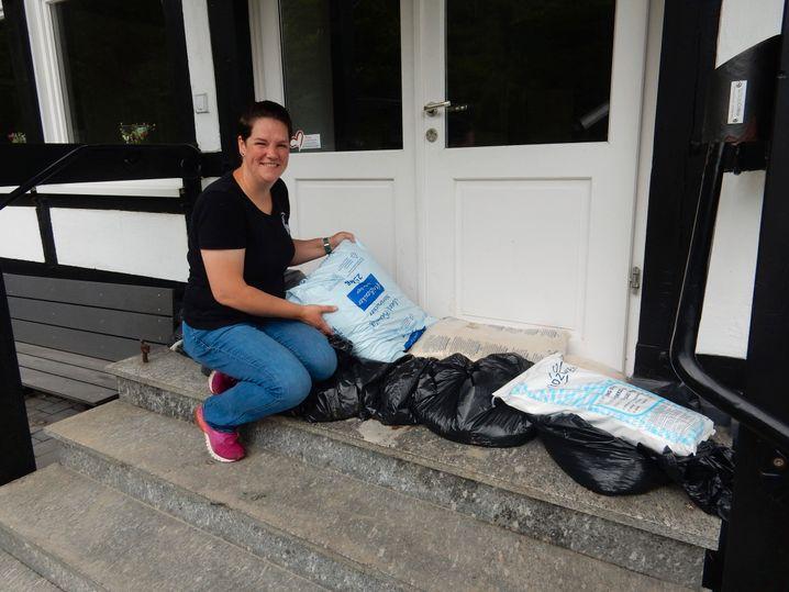 Katrin Lucassen: Mit Lebensmittelsäcken den Eingang zur Gastwirtschaft gesichert