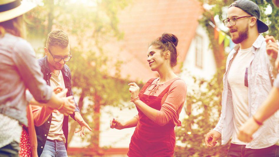 Tanzende Menschen im Garten