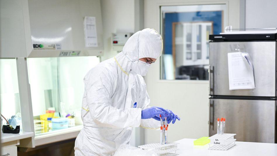 Abstrichröhrchen im Labor: Weltweit sind über drei Millionen Menschen positiv auf Sars-CoV-2 getestet worden
