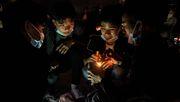 Den Putsch vor Augen, Peking im Nacken