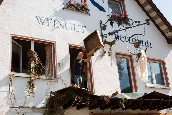 Aufräumarbeiten am beschädigten Gutshaus: »Unvorstellbar«